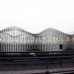 高速道路で見つけたモダンな建築物。
