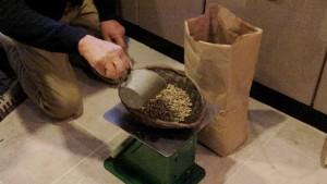 生豆を計量