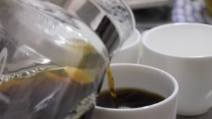 温めたカップにコーヒーを注ぐ